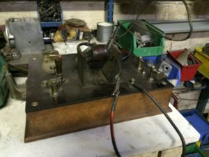 Rendez-vous chez Bobinages Pascal à Issy les Moulineaux. La magneto est re-démontée et la bobine haute tension est testée sur cet appareil d'époque : un bermascope. Le verdict est sans appel, elle est grillée. Il faut remplacer le fil de cuivre. La magnéto va être donc entièrement rénovée avec remagnetisation des aimants, refection du rupteur, et réglage de l'ensemble. – à Bobinages Pascal .