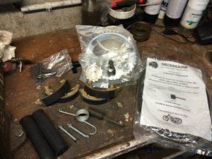 Les pièces, trouvées chez les differents pros de la moto ancienne, commencent à arriver. Pignon de sortie de boite, couronne (à priori compatibles.. on verra), poignées, ressorts divers, cable et gaine d'embrayage, tendeurs de chaine, il en reste à venir.