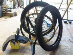 Les chambres à air sont des Michelin. Malheureusement, les pneus viennent d'Europe de l'Est. Cette taille (Michelin S 600x65 2.50 /19 Velomoteur 1.521) n'est plus produite en France d'après les pros. Finalement, les pneus s'avèrent trop difficiles à monter au 'démonte pneu'. Une chambre a air a été déchirée. Je vais les confier au réparateur cyclo du coin pour les monter à la machine.