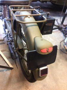 L'ensemble feu arrière, plaque, réflecteur est remonté sur la moto. Il reste à peindre une immatriculation militaire de 1940. Un coup de fil à un ami s'impose pour trouver un numéro vraisemblable ;) #GBM #France40